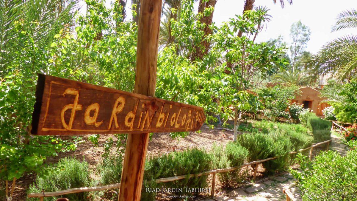 Flèche vers le jardin biologique